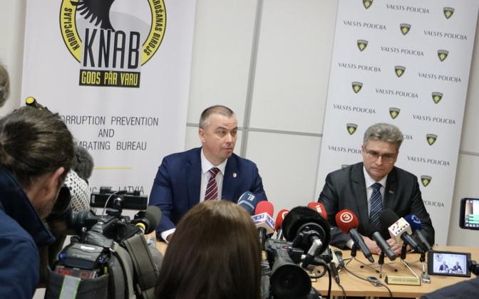 KNAB-i juht Jēkabs Straume (vasakul) pressikonverentsil.