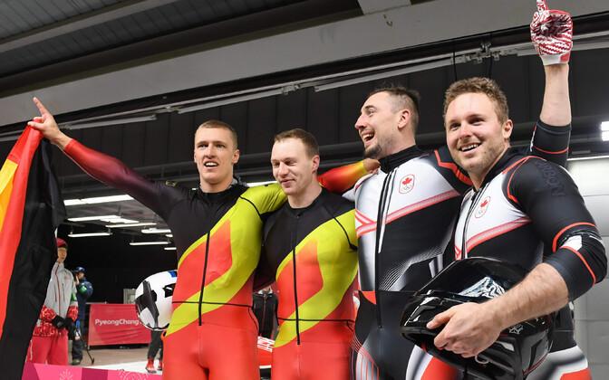 Kuldmedali võitnud Saksamaa ja Kanada bobikelgu meeskonnad