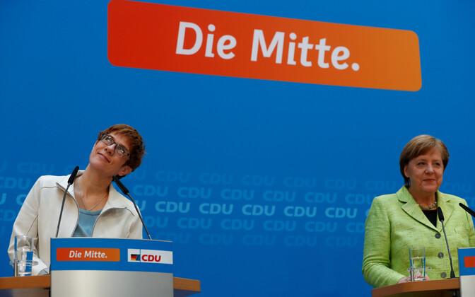 Annegret Kramp-Karrenbauer ja Angela Merkel 27. märtsil pressikonverentsil.