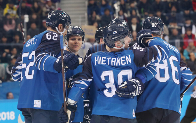 Soome hokikoondis väravat tähistamas