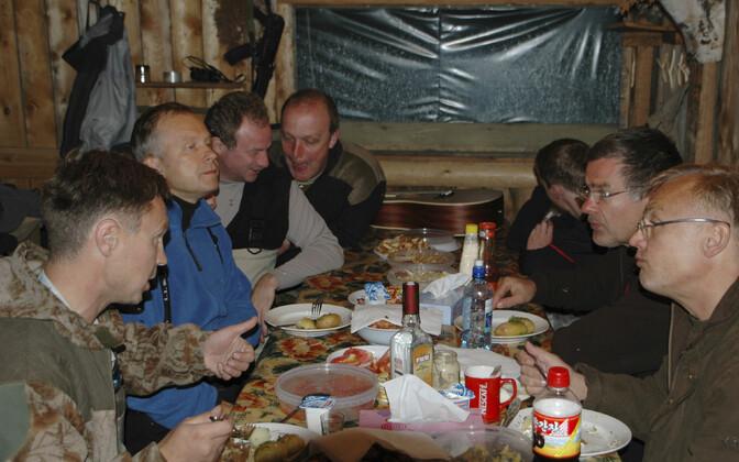 AP foto, kus Rimšēvičs (vasakult teine) ja Pilštšikov tema kõrval on väidetavalt 2010. aasta 22. augustil Venemaal jahipeol.