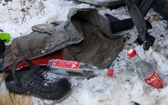 Бутылки водки, найденные в кабине столкнувшегося с поездом грузовика в Кулна.