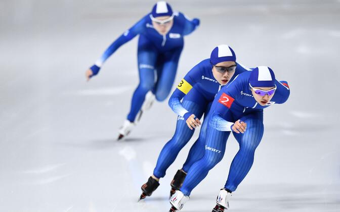 Lõuna-Korea kiiruisutajad. Tagant ette: Seon-yeong Noh, Bo-reum Kim, Ji-woo Park.