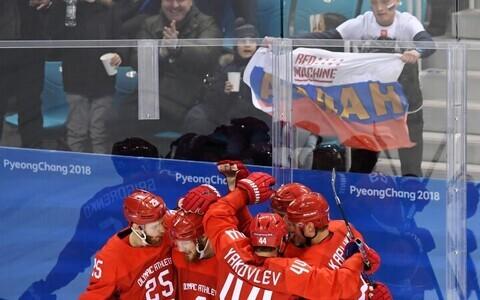 Российские хоккеисты и болельщики праздную успех.