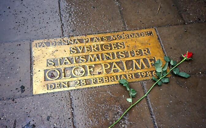 Mälestustahvel Olof Palme mõrva sündmuskohas, Sveavägeni ja Tunnelgatani ristmikul.