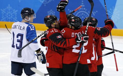 Канадцы празднуют победу над финнами.