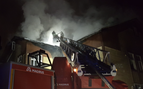 Fire being fought at a building on Tartu's Lina Street.
