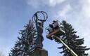 Мэр Силламяэ Тынис Калберг повязал шарф памятнику