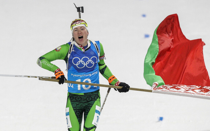 Дарья Домрачева с белорусским флагом.