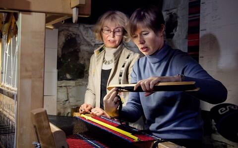 President Kersti Kaljulaid vaipa kudumas