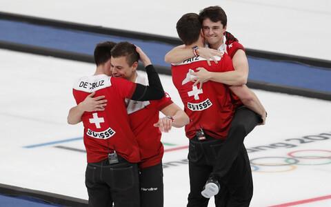 Šveitsi curlingumeeskond võitu tähistamas.