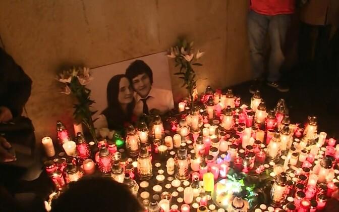 Inimesed mälestavad Slovakkia ajakirjanikku Jan Kuciaki ja tema kihlatut Martina Kušnirova.