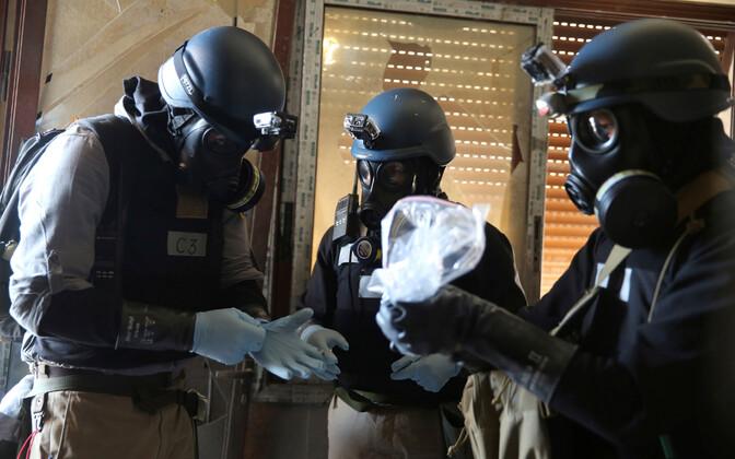 ÜRO keemiarelvade ekspert hoiab kotti, mis sisaldab proove väidetava keemiarünnaku asukohast Damaskuses.