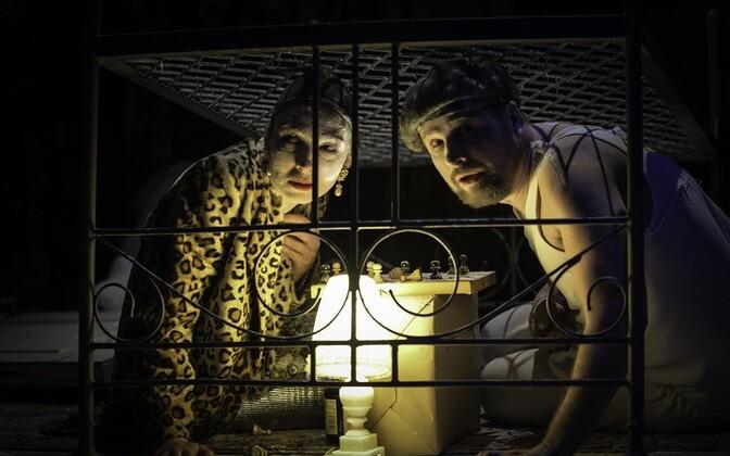 Наталья Дымченко (слева) в спектакле