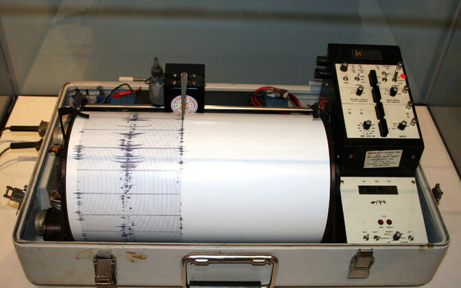 A Kinemetrics seismograph.