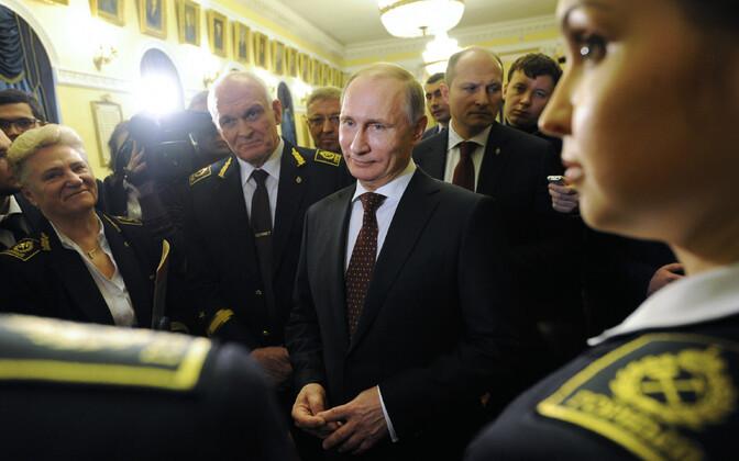 Venemaa president Vladimir Putin, temast paremal seisab Peterburi Riiklik Mäeülikooli rektor Vladimir Litvinenko.