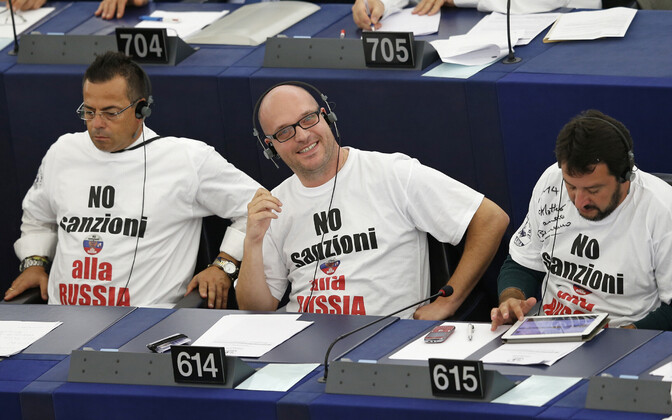 Liiga juht Matteo Salvini (paremal) ja kaasvõitlejad 2014. aasta septembris Euroopa Parlamendis. T-särkidel on kiri