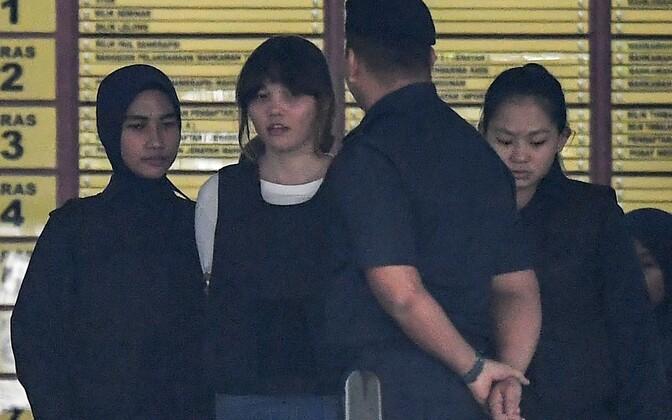 Doan Thi Huong (vasakult teine), kes määris mullu 13. veebruaril Kuala Kumpuri lennujaamas Kim Jong-Nami näole närvimürki VX.