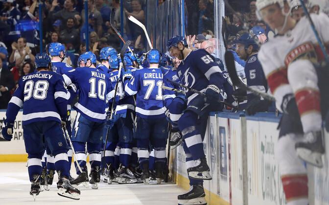 Tampa Bay Lightningu meeskond lisaajal visatud väravat tähistamas.