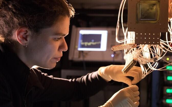 Google'i kvantarvuti Bristlecone paigaldamine.