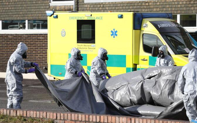 Uurijad pärast närvigaasi avastamist Salisbury's kiirabiautot kontrollimas.