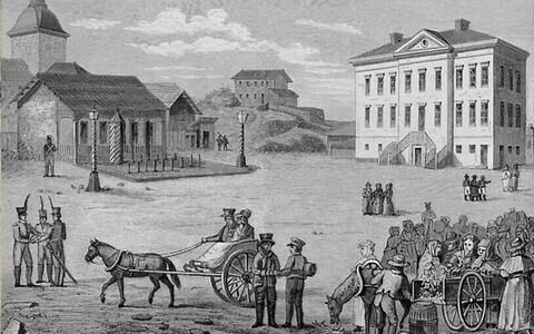 1816. aastal otsustas tsaar Aleksander I teha Helsingist Soome suurvürstiriigi uue pealinna, senisest pealinnast Turust toodi üle ka ülikool. Pildil Helsingi Raekoja plats enne kesklinna ümberehitamist. Carl Ludvig Engeli joonistus (1820).