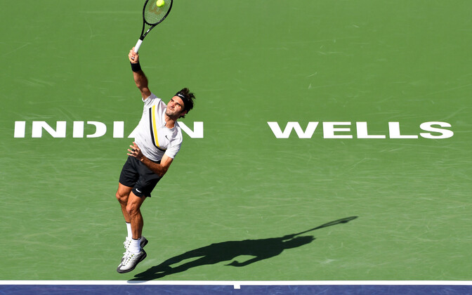 Roger Federer servimas.