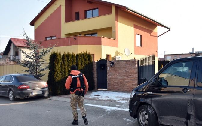 Slovakkia politseinik 1. märtsil läbiotsimise ajal Antonino Vadalaga seotud maja juures Trebisovis.