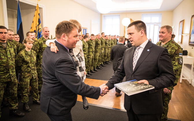 Prime Minister Jüri Luik (Center) thanking an Estonian soldier. Tuesday, March 13, 2018.