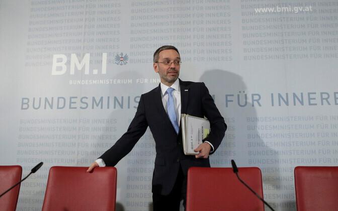 Austria Vabadusparteisse kuuluv siseminister Herbert Kickl pressikonverentsil.