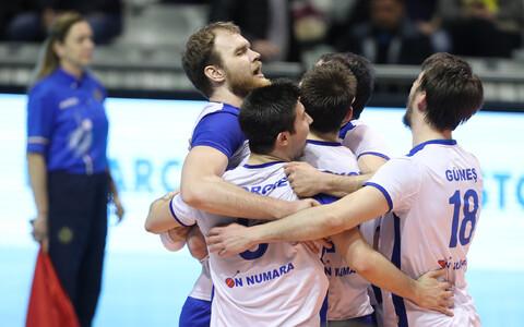 Oliver Venno (vasakul) koos meeskonnakaaslastega rõõmustamas.