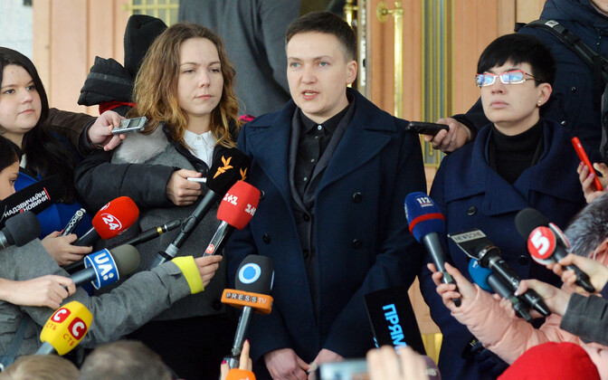 Nadia Savtšenko 15. märtsil Kiievis SBU hoone juures.
