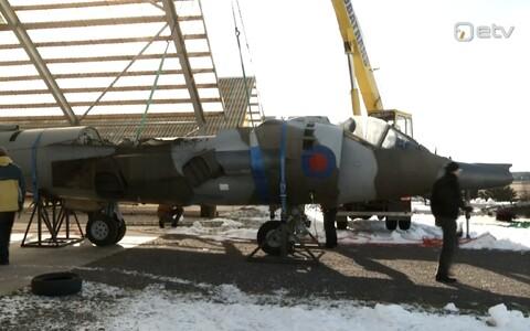 Lennundusmuuseumisse jõudnud hävituslennuk Harrier.