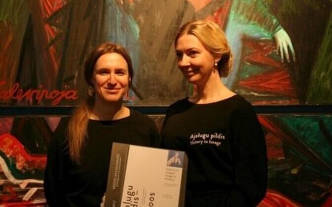 Linda Kaljundi ja Tiina-Mall Kreem näituse kataloogiga.