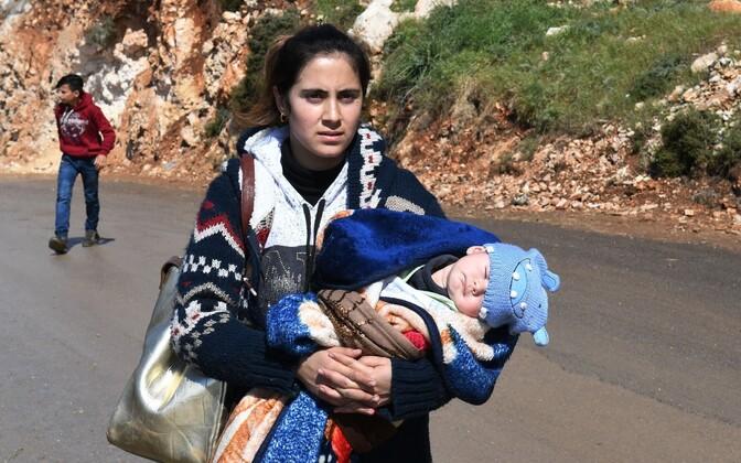 Naine lapsega Afrinist az-Ziyarahi kontrollpunkti minemas.