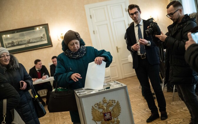 Russian citizens casting their votes at the Russian embassy in Tallinn, Mar. 18, 2018.