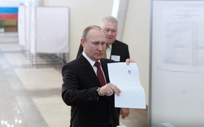 Президент РФ Путин голосует.