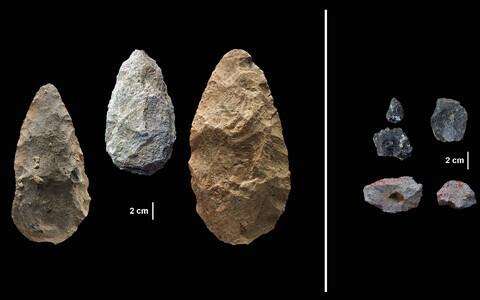 Acheuli tööriistad (vasakul) asendusid märksa peenekoelisemate abivahenditega.