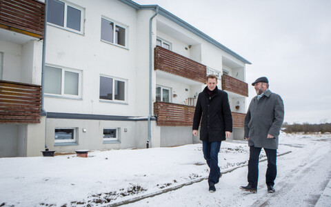 Muhu Municipal Mayor Raido Liitmäe (left) in front of the future rental apartment building together with Ministry of Finance official Jaan Leivategija.