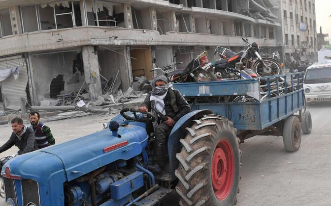 Türgi poolt toetatud võitlejad Afrinis väidetava sõjasaagiga.