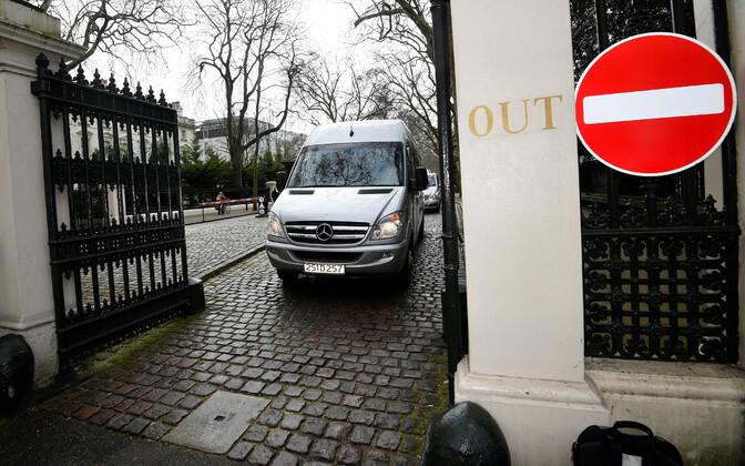 Väikebuss lahkumas Venemaa Londoni saatkonnast 20. märtsil.