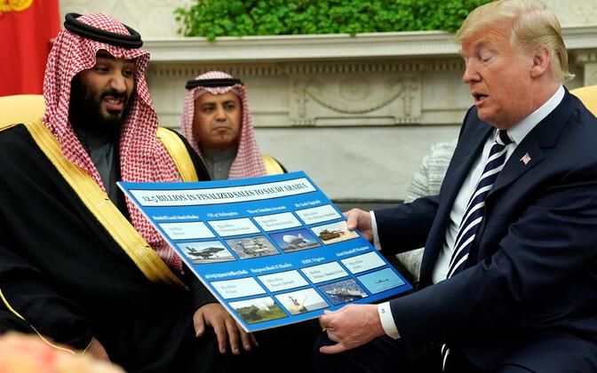 Mohammed binSalman ja Donald Trump relvamüüki käsitleva plakatiga teisipäeval ovaalkabinetis.