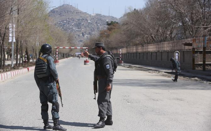 Afganistani võimuesindajad kabulis terrorirünnaku sündmuskoha lähistel 21. märtsil.