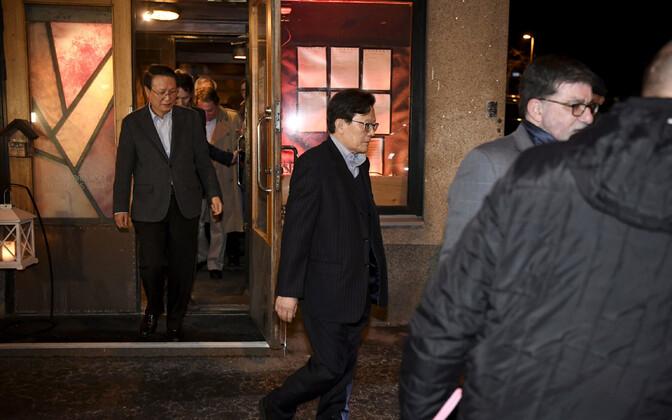 Põhja-Korea delegatsiooni liikmed Helsingis 19. märtsil.