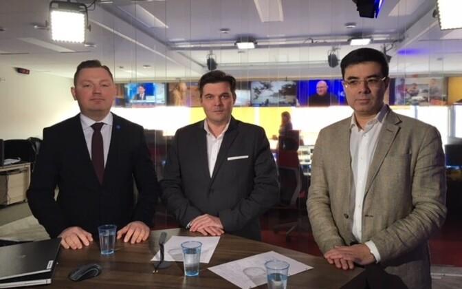 Deniss Boroditš ja Ron Luvištšuk saatejuht Artur Toomaniga ERR-i uudistetoimetuses.