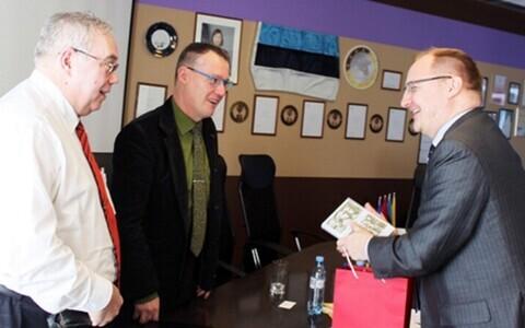 Посол Латвии (справа) на встрече с властями Нарвы.