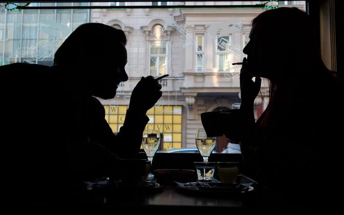 Suitsetajad Viini kohvikus.