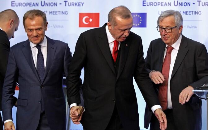 Euroopa ülemkogu eesistuja Donald Tusk ja Euroopa Komisjoni president Jean-Claude Juncker (paremal) Türgi presidendi Recep Tayyip Erdoğaniga.