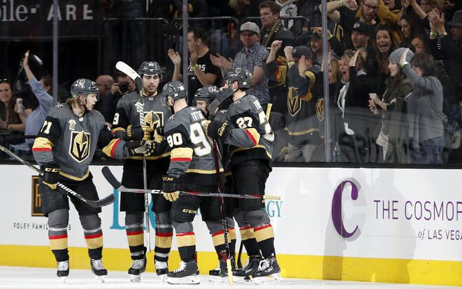 Vegas Golden Knights mängijad väravat tähistamas.