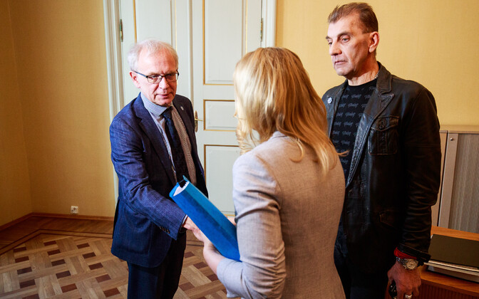 Anastasya Kikkas and MP Märt Sults (Center) presenting President of the Riigikogu Eiki Nestor (SDE) with the petition and signatures on Tuesday. March 27, 2018.